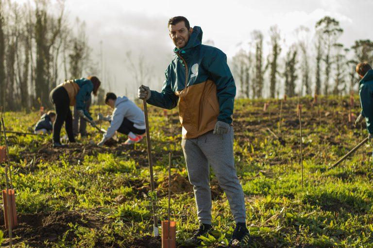 CEO de DF-SERVER plantando árboles en la comunidad de montes de Matamá