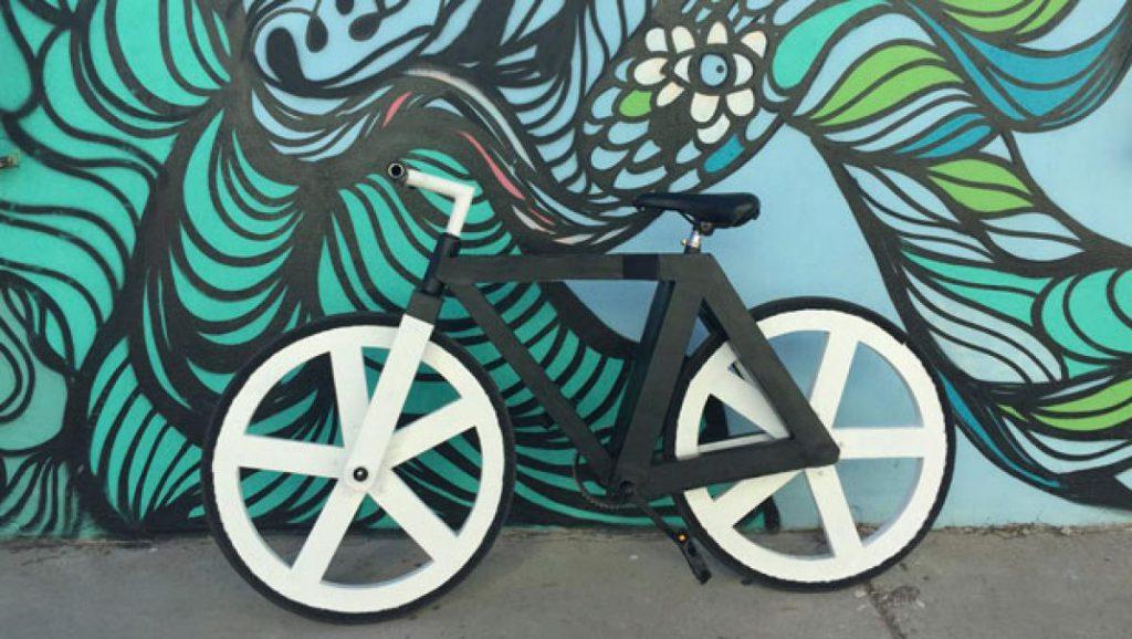Uno de los productos hechos con materiales reciclados es esta bicicleta Urban GC1